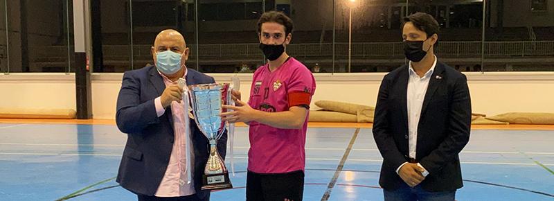 Róber recibe la copa de campeón del Silva SD ARBOCO de manos de Pablo Prieto, vicepresidente de la RFGF